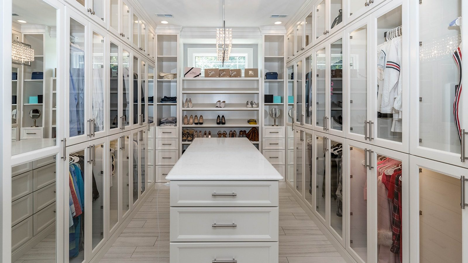Stylish and Chic Walk-In Closet Interior Design Ideas