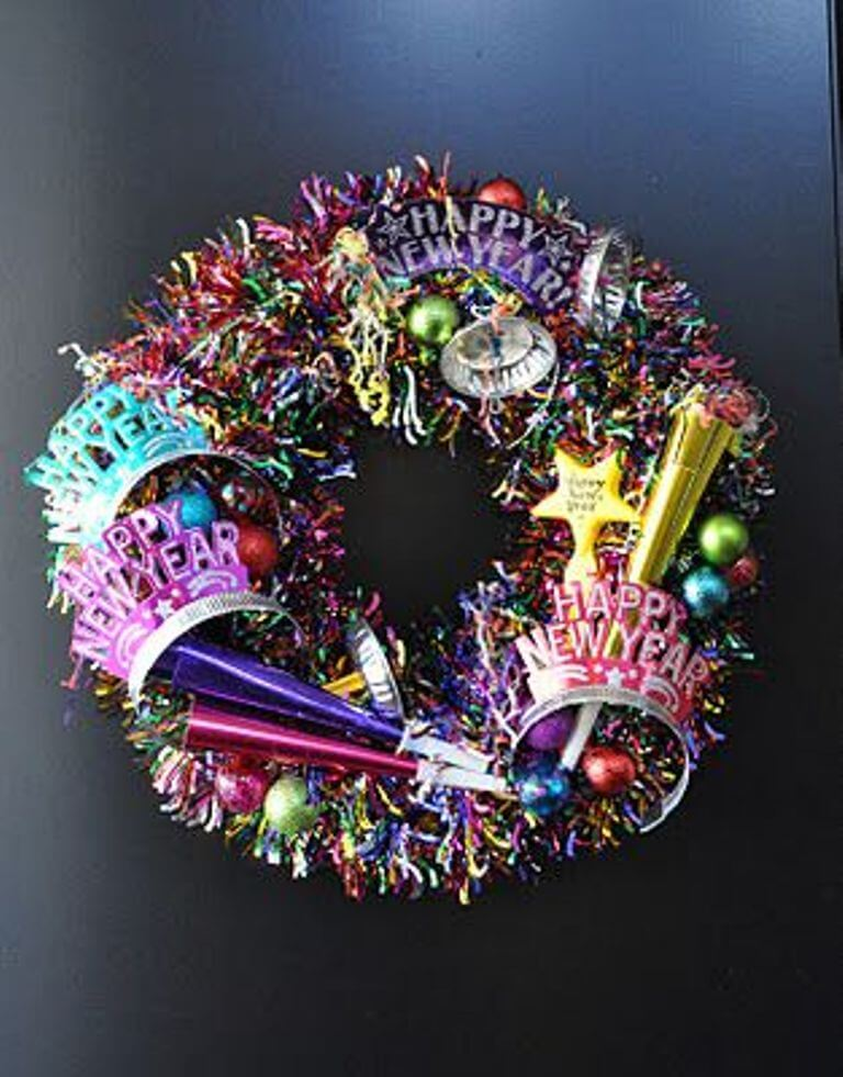 10 Cool New Year Wreath Ideas - https://interioridea.net/