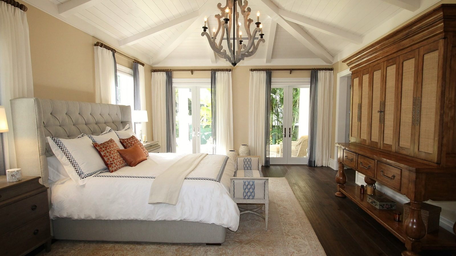10 Vaulted Ceiling Design Ideas For Modern Bedrooms